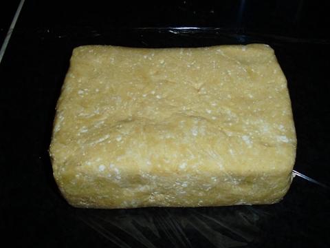 A nyers tészta folpackba csomagolva, a hűtőben napokig eláll.