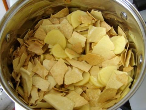 A tészta pirítása után a krumplit hozzáadása.
