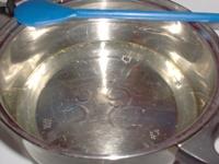 A vizet felforralni a cukorral, sűrű szirupot készíteni.