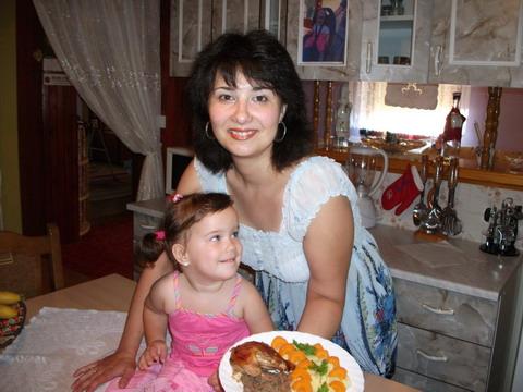 Mónika és kislánya, Vivike tálalnak:)
